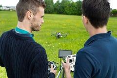 Teknikerer som fungerar UAV Octocopter royaltyfri fotografi