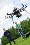Teknikerer som fungerar UAV Octocopter parkerar in fotografering för bildbyråer