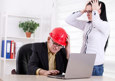Teknikerer som har stort problem i kontoret Royaltyfri Foto