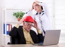 Teknikerer som har stort problem i kontoret Royaltyfria Foton