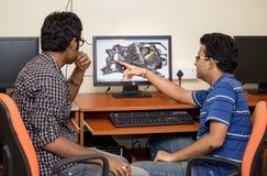 Teknikerer som planlägger på datoren Royaltyfri Foto