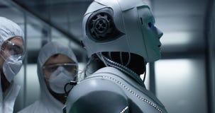 Teknikerfixandetrådar på robotkontroll arkivbild