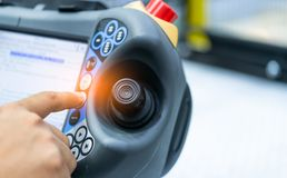 Teknikerhandpunkt på styrspaken av roboten som ska kontrolleras i fabriken Smart robot för bruk i fabriks- bransch för bransch 4 royaltyfri fotografi