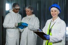 Teknikerhandstil på skrivplattan på köttfabriken arkivbilder