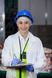 Teknikerhandstil på skrivplattan på köttfabriken arkivfoton