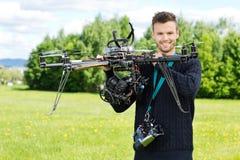 TeknikerHolding UAV Octocopter parkerar in fotografering för bildbyråer