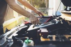 Teknikerkontroll motorn daglig, underhålls- och reparationsconcep royaltyfria foton