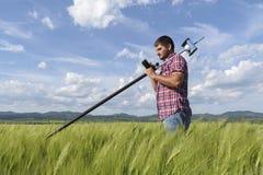 Teknikerkontrollant Wheat Field Geodesy royaltyfria bilder
