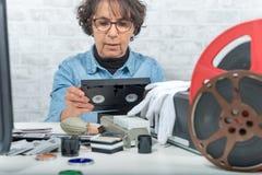 Teknikerkvinna med VHS kassetten för digitization Royaltyfri Fotografi
