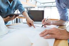 Teknikermöte för arkitektoniskt projekt Arbeta med partnern Fotografering för Bildbyråer