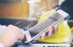 Teknikern använder en smartphone för kommunikation Royaltyfri Fotografi