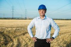 Teknikern eller arbetaren ler i skyddande hjälm Royaltyfri Fotografi