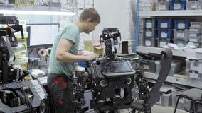 Teknikern gör och justerar den moderna roboten stock video