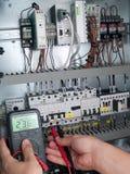 Teknikern gör underhåll av maktnätverksautomation Royaltyfria Foton