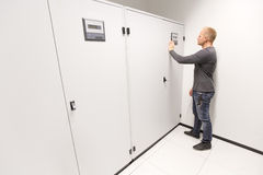 It-teknikern justerar luftkonditioneringsapparaten i datacenter Royaltyfri Bild