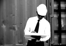Teknikern Manager med säkerhetshatten arbetar på platsarbete royaltyfria foton