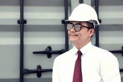Teknikern Manager med säkerhetshatten arbetar på platsarbete arkivfoton