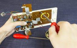 Teknikern reparerar chipbrädet royaltyfri fotografi