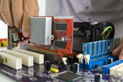 Teknikers händer som installerar VGA kortet Royaltyfri Fotografi