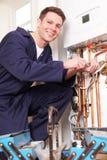 TeknikerServicing Central Heating kokkärl royaltyfri fotografi