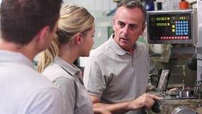 Teknikerundervisninglärlingar till bruksdrejbänken i fabrik stock video