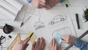 Tekniklag som arbetar på en ny bildesign arkivfilmer