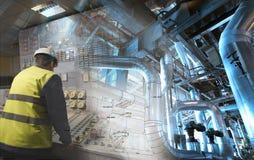 Teknikman som arbetar på kraftverket som operatör arkivbild