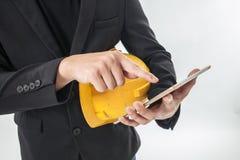 Teknikmannen är kontrolljobbet och beställer vid handlagtelefonen och handlagblocket Royaltyfri Foto