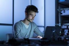Teknikstudent som arbetar i labbet Royaltyfri Fotografi