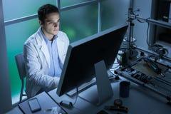 Teknikstudent som arbetar i labbet royaltyfri foto