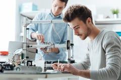 Teknikstudenter som arbetar i labbet royaltyfri fotografi