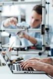 Teknikstudenter som arbetar i labbet arkivfoton