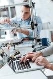 Teknikstudenter som arbetar i labbet fotografering för bildbyråer