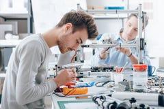 Teknikstudenter som arbetar i labbet royaltyfri foto