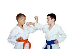 Tekniktakter och skydd i kapaciteten av unga idrottsman nen Royaltyfria Bilder