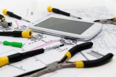 Teknisk operatör och reparationssmartphone Arkivbilder