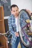 Teknisk sakkunskap som tar omsorgcykeln, shoppar royaltyfria foton