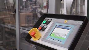 Teknisk skärm på kontrollbordet med elektriska apparater gem kontrollera den elektriska panelen Inre av den automatiska linjen fö Arkivbild