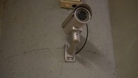 Tekniskt avancerad CCTV-kamera i gallerian stock video