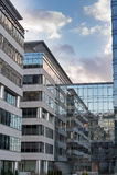 Tekniskt avancerad företags kontorsbyggnad Arkivfoto
