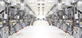 Tekniskt avancerad fabrik - produktion av sol- celler - maskineri och in fotografering för bildbyråer