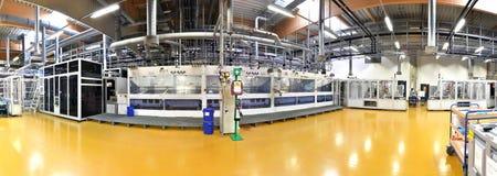 Tekniskt avancerad fabrik - produktion av sol- celler - maskineri och in arkivbild