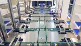 Tekniskt avancerad industriell utrustning som tillverkar delar för sol- energi arkivfilmer