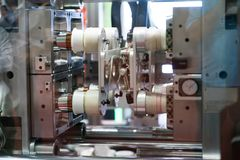 Tekniskt avancerad plast- industriell flasktillverkning Arkivbild