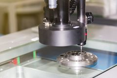 Tekniskt avancerat och exakthet av det mäta systemet för vision för kvalitets- kontroll i industriellt arbete arkivfoto