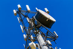 Tekniskt avancerat sofistikerat torn för elektroniska kommunikationer Arkivfoto