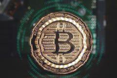 Tekniskt feleffekt av guld- metalliska bitcoins med digi för 01 binära data Arkivbilder