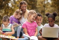 Teknologi är all del av lärande erfarenheten arkivfoton