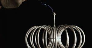 Teknologi av att producera för blixtar Tesla elektricitetsexperiment med människan Kompakt teknologi av att producera för blixtar lager videofilmer