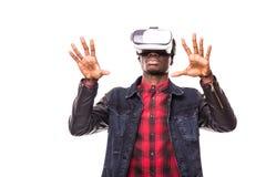 Teknologi-, dobbel-, underhållning- och folkbegrepp Afrikansk man som bär den formella dräkt- och virtuell verklighethörlurar med Arkivbild